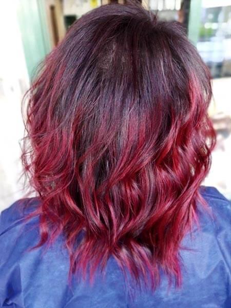Capelli alle spalle con colorazione rosso vivo