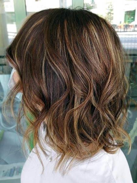 Caschetto con capelli mossi e tinta color caramello