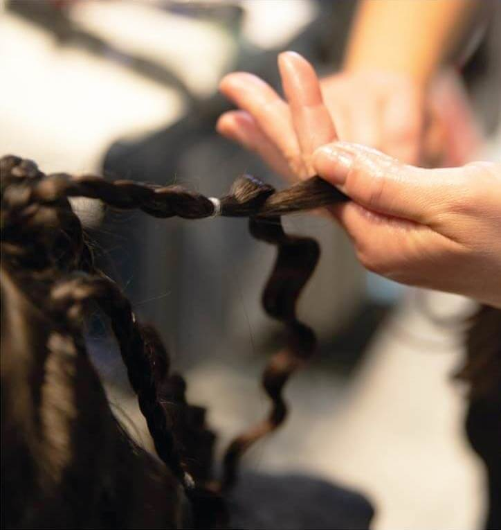 Lavorazione sui capelli per ottenere boccoli stretti sulle ciocche