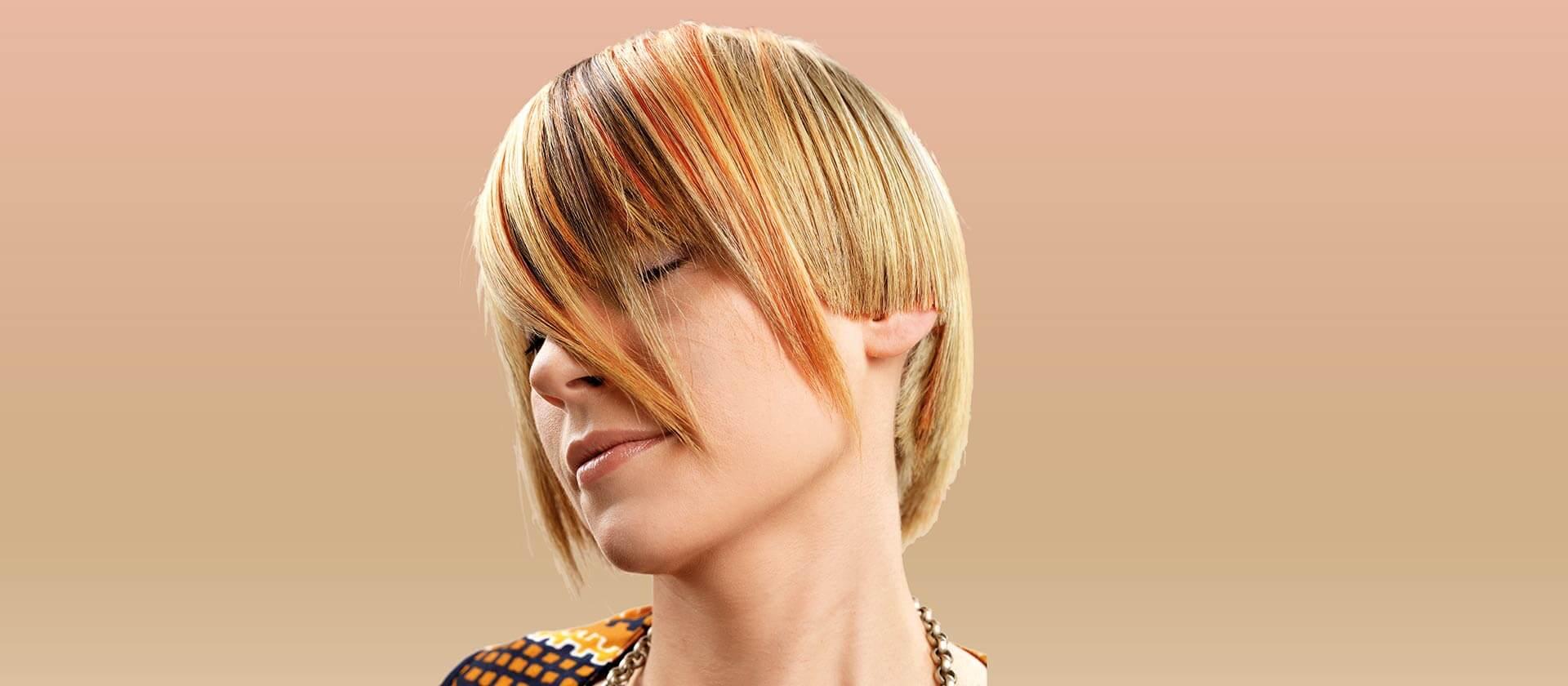 Caschetto femminile di capelli biondi lisci con colpi di sole e ciocche rosso mogano